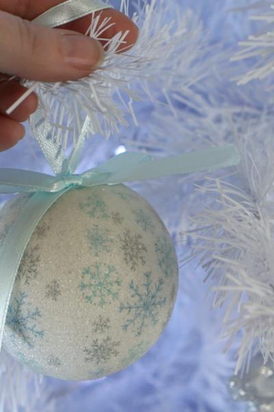 How to decorate a Christmas tree www.extraordinarychaos.com