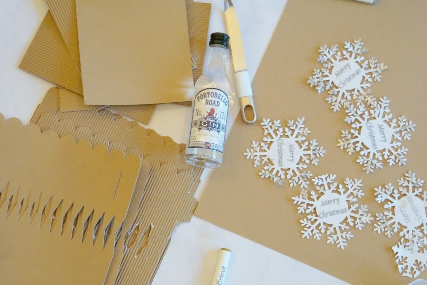 Make your own Gin Christmas Crackers with this easy to follow Christmas cracker template www.extraordinarychaos.com