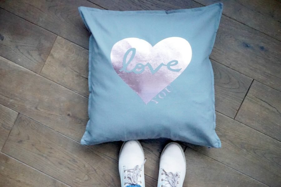 Cricut heart cushion project www.extraordinarychaos.com