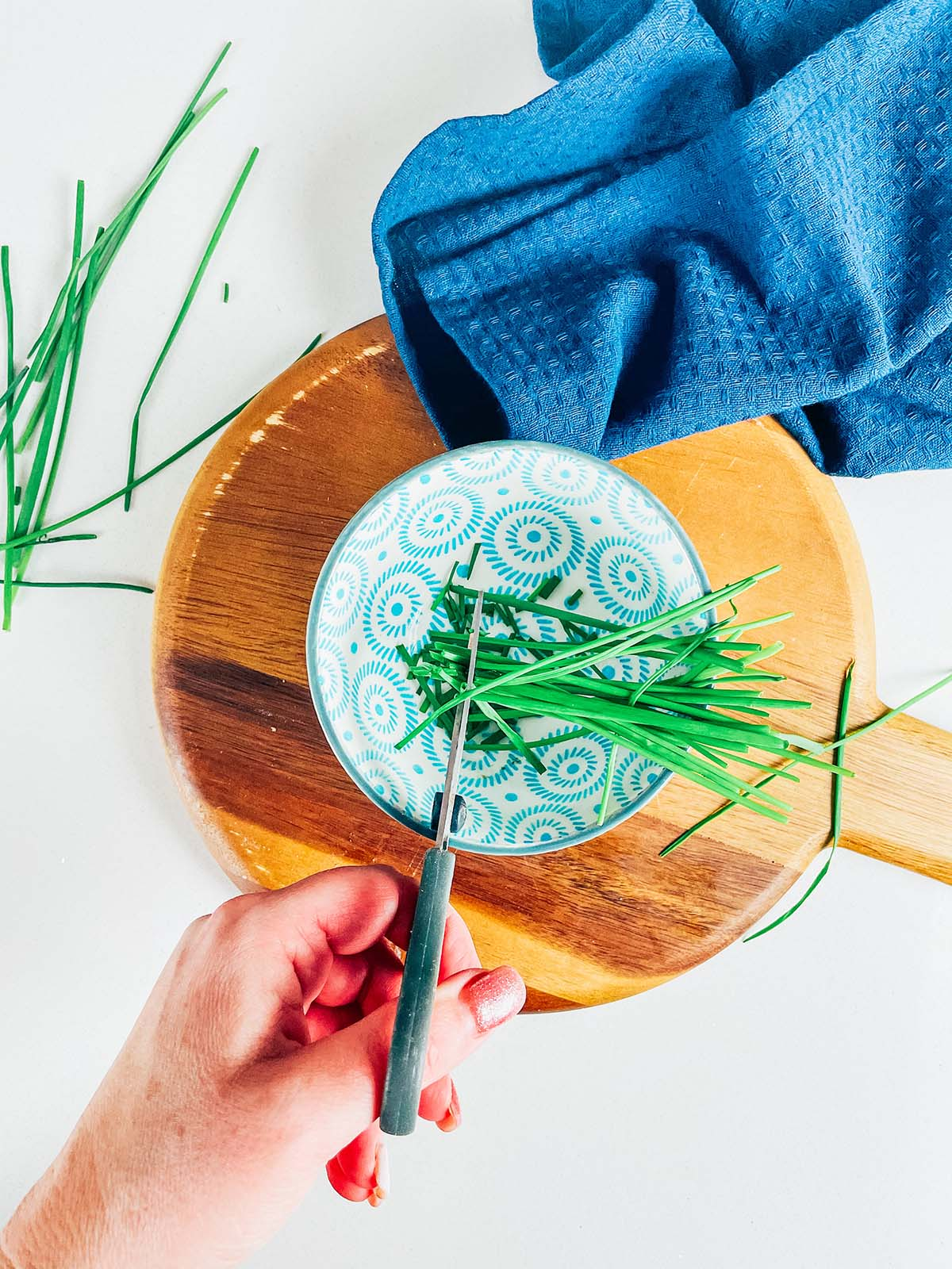 Chop the chives with scissors